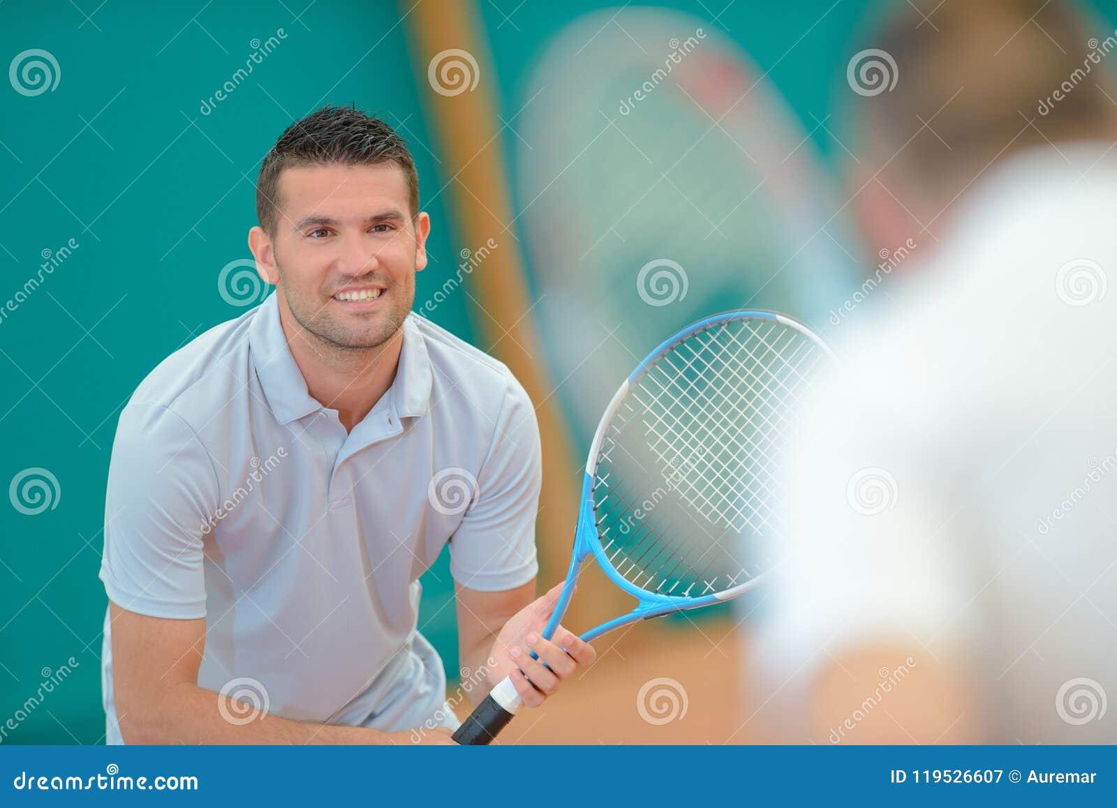 Un joueur de tennis préparé