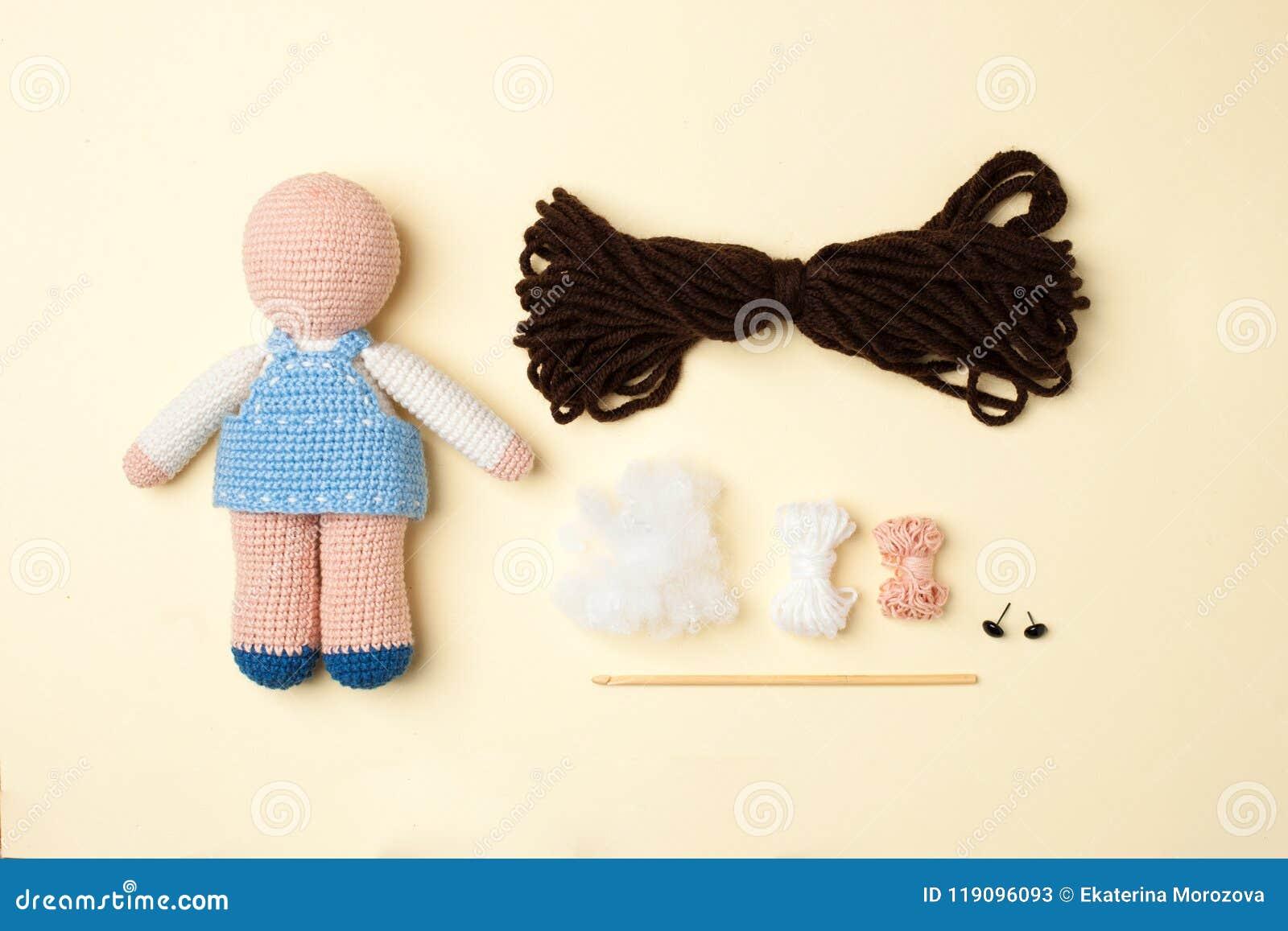 Un Juguete Hecho A Ganchillo, Una Muñeca En Un Vestido Azul, Un ...