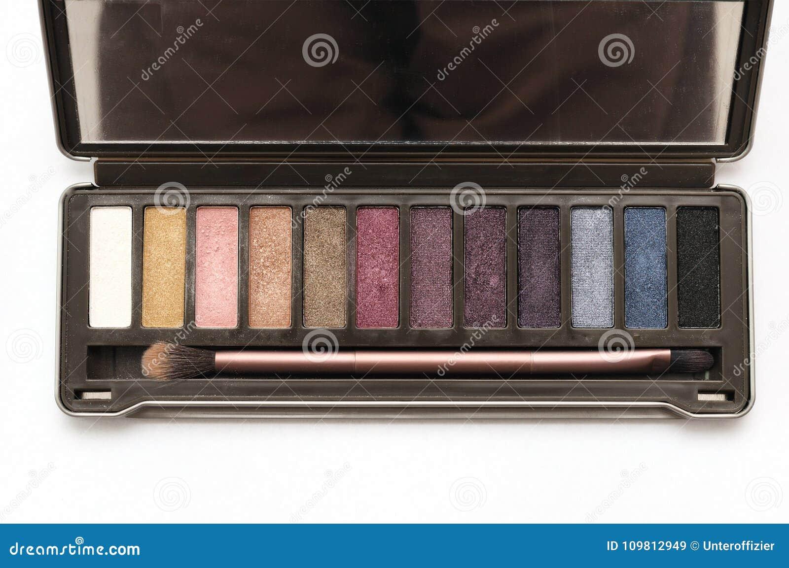Un kit cosmétique de palette de fard à paupières de brun foncé