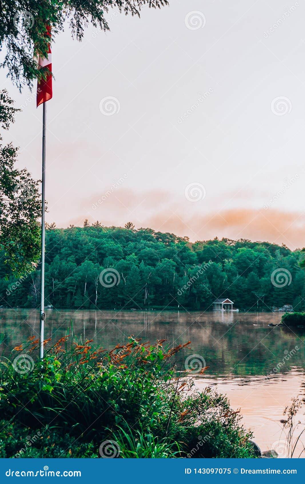 Un lac immobile au coucher du soleil