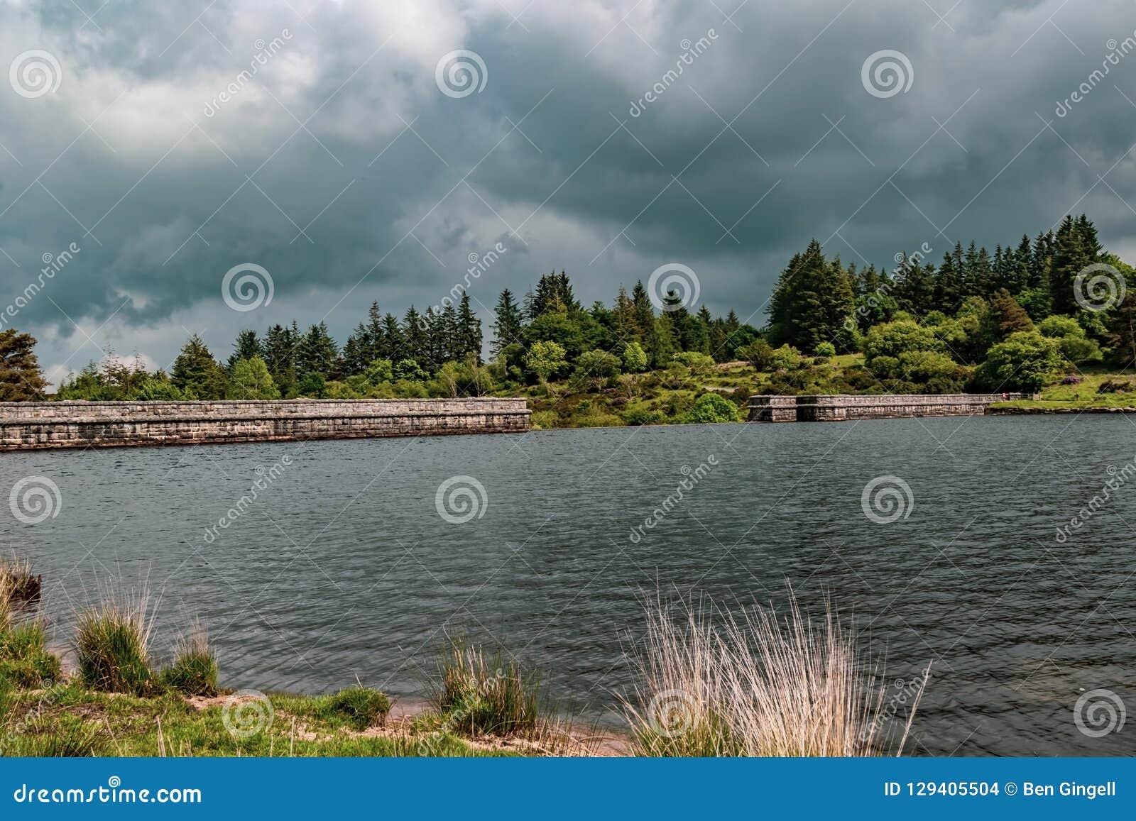 Un lago en el parque nacional de Dartmoor