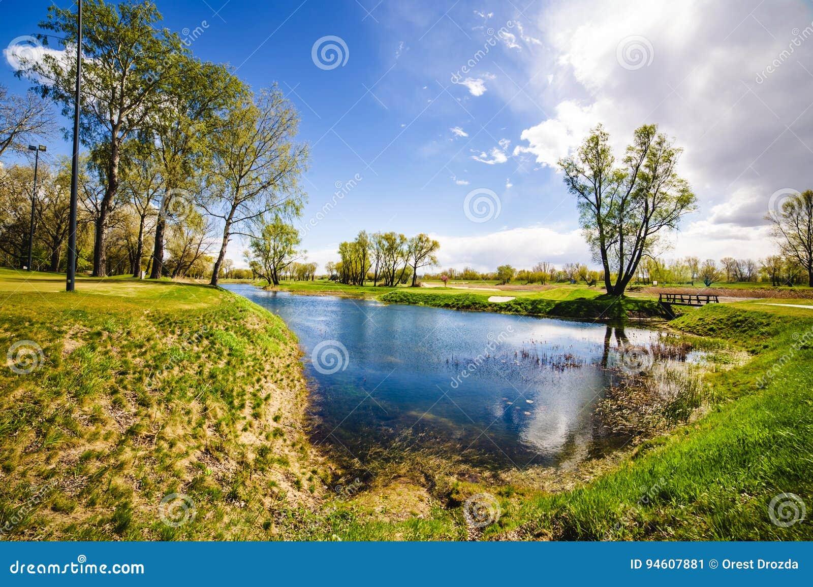 Un lago en un parque