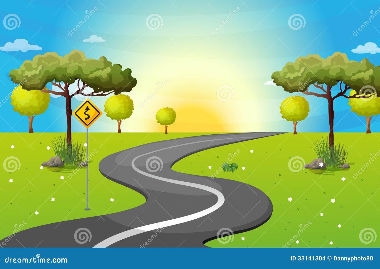 Un largo y una carretera con curvas en el bosque
