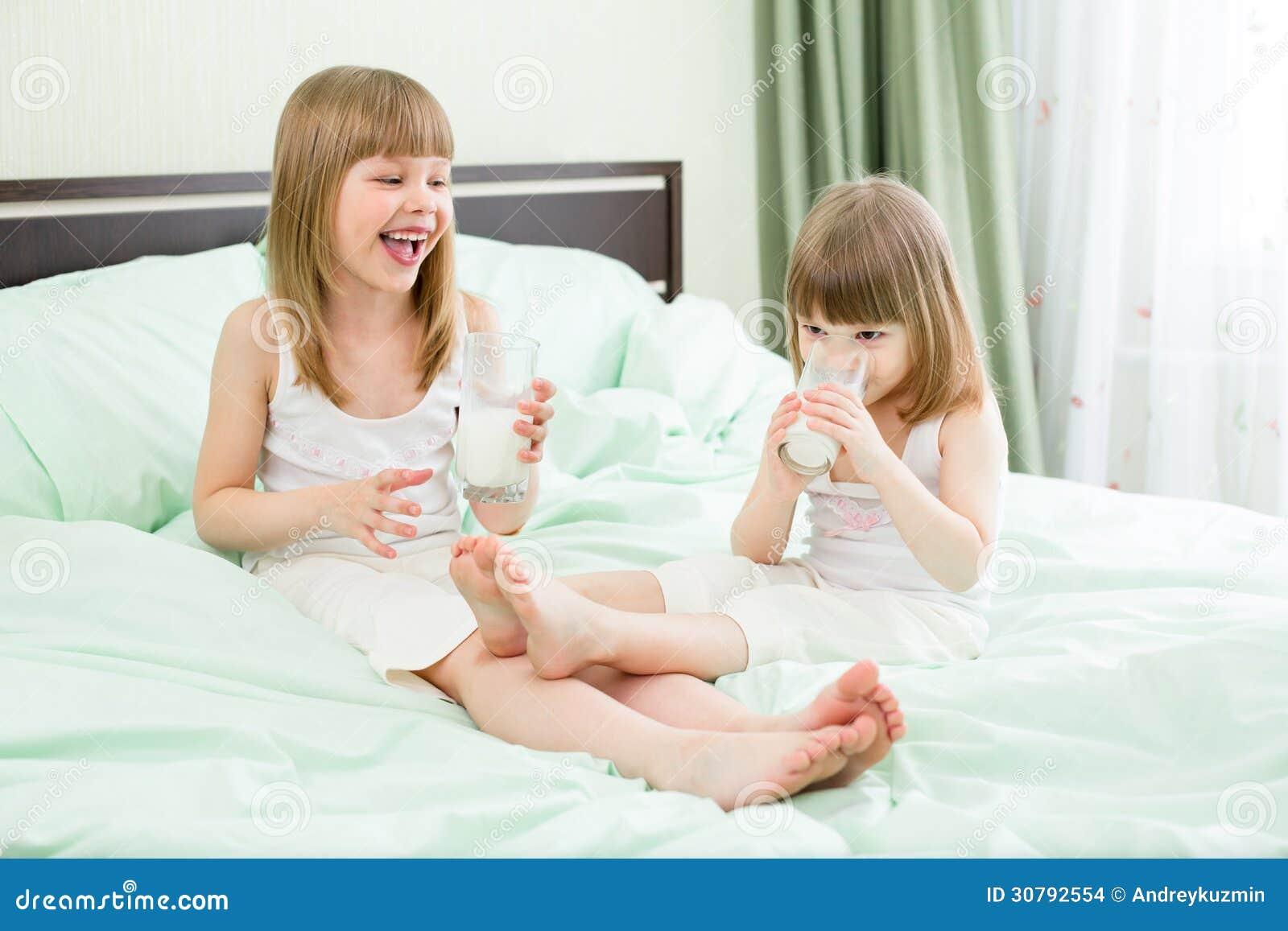 Un latte alimentare di due bambine sul letto immagini stock immagine 30792554 - Foto di donne sul letto ...