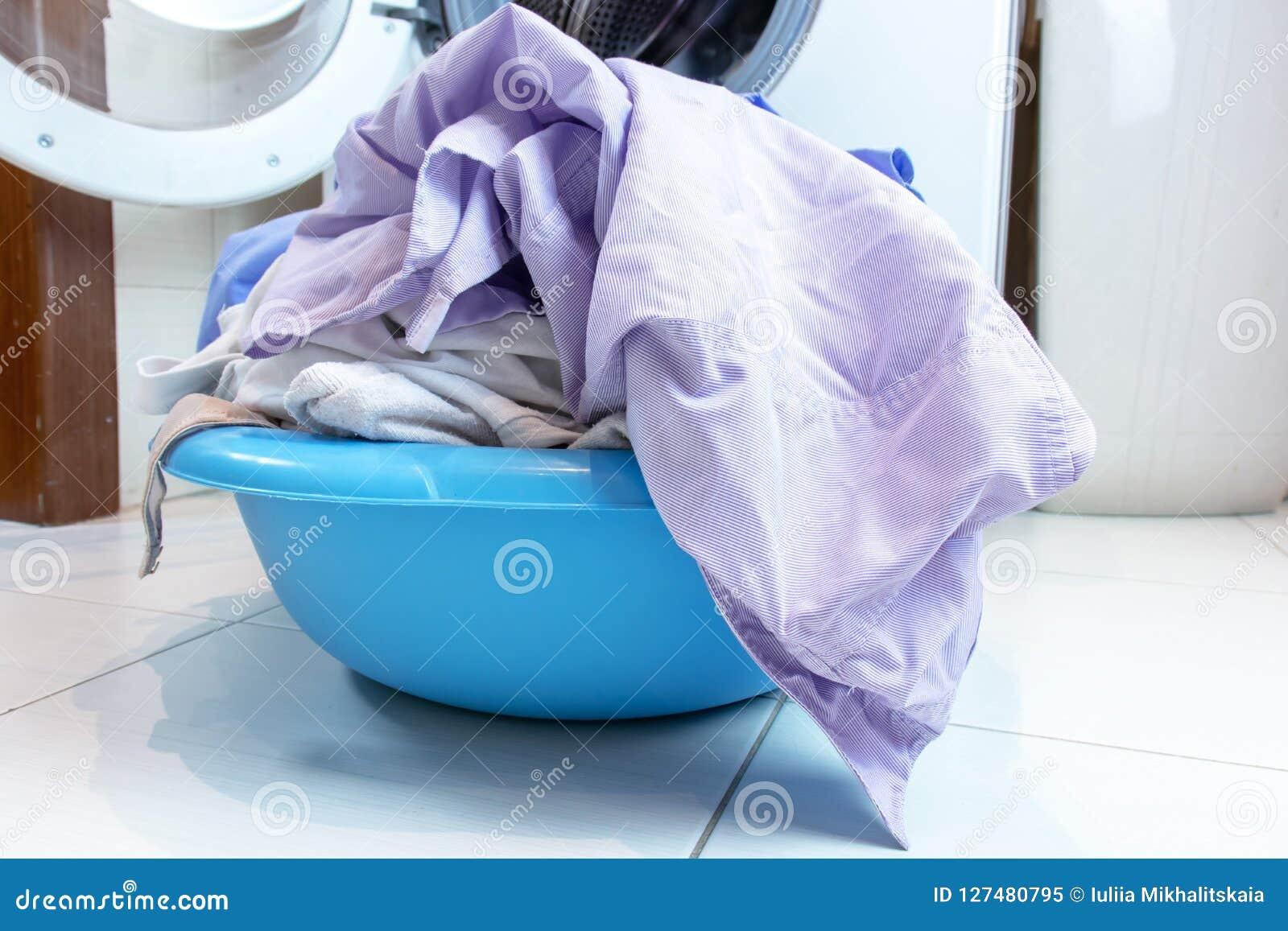 Lavadora Con Lavabo.Un Lavabo Por Completo Del Lavadero Sucio En El Piso Del