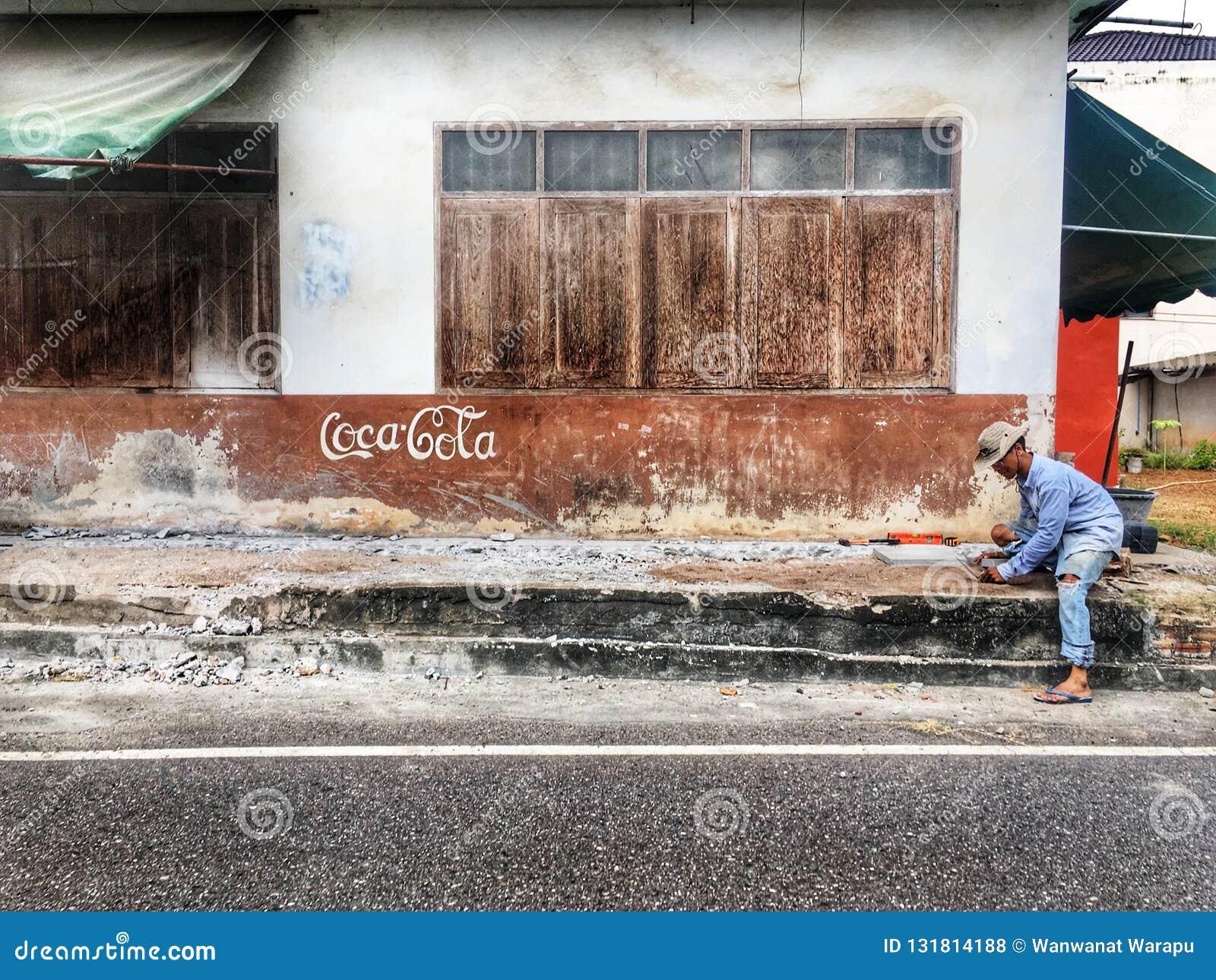 Un lavoratore ad un bordo della strada
