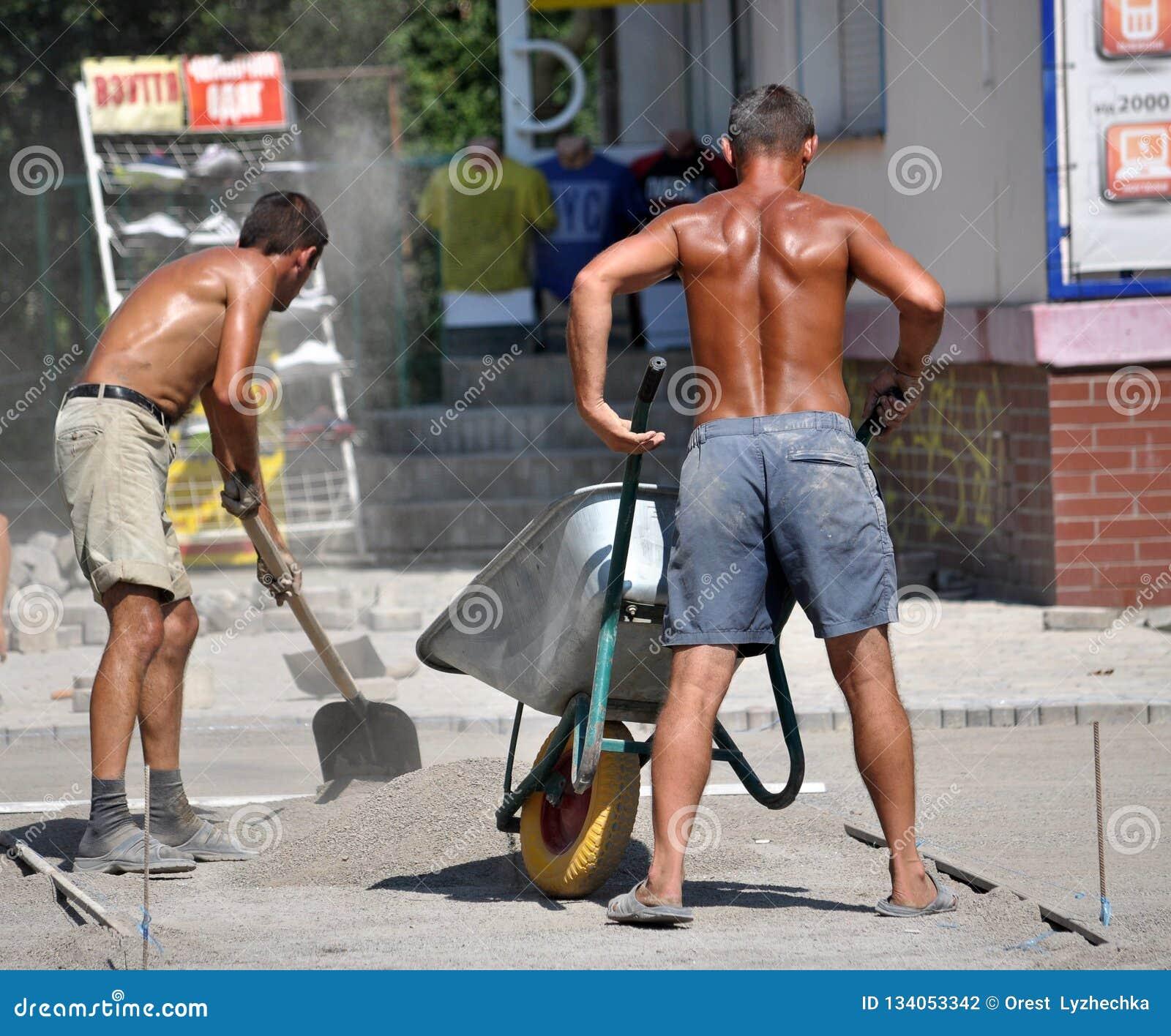 Un lavoratore versa una miscela di una carriola