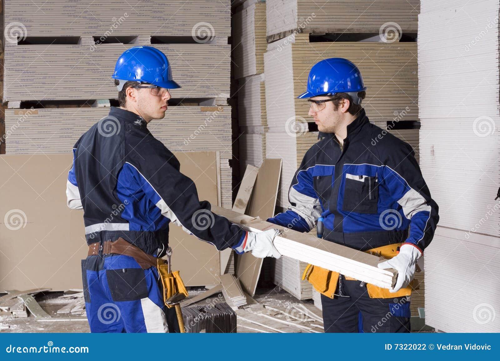 Un lavoro di squadra dei due operai di costruzione