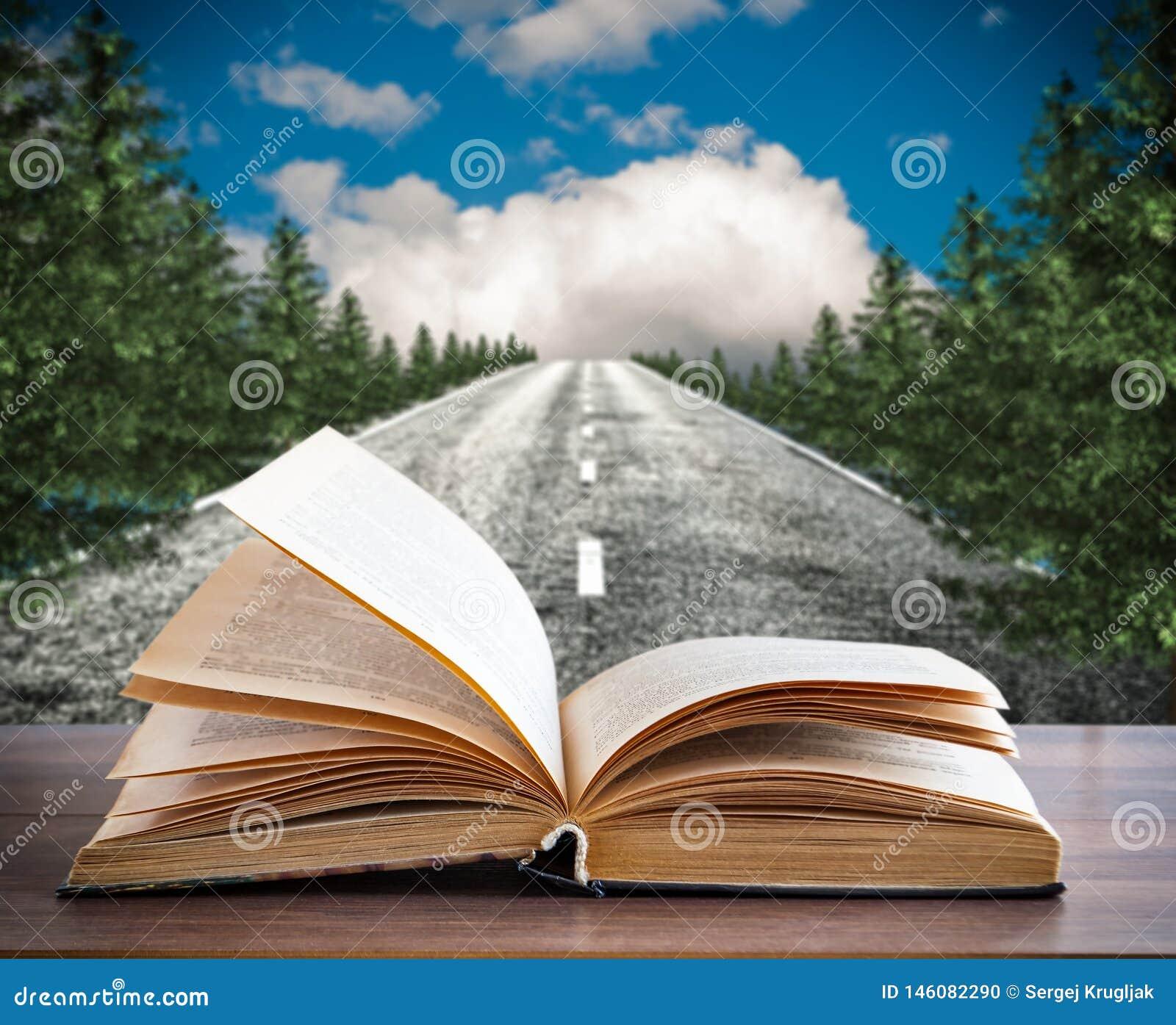 Un libro abierto en el fondo del camino viejo