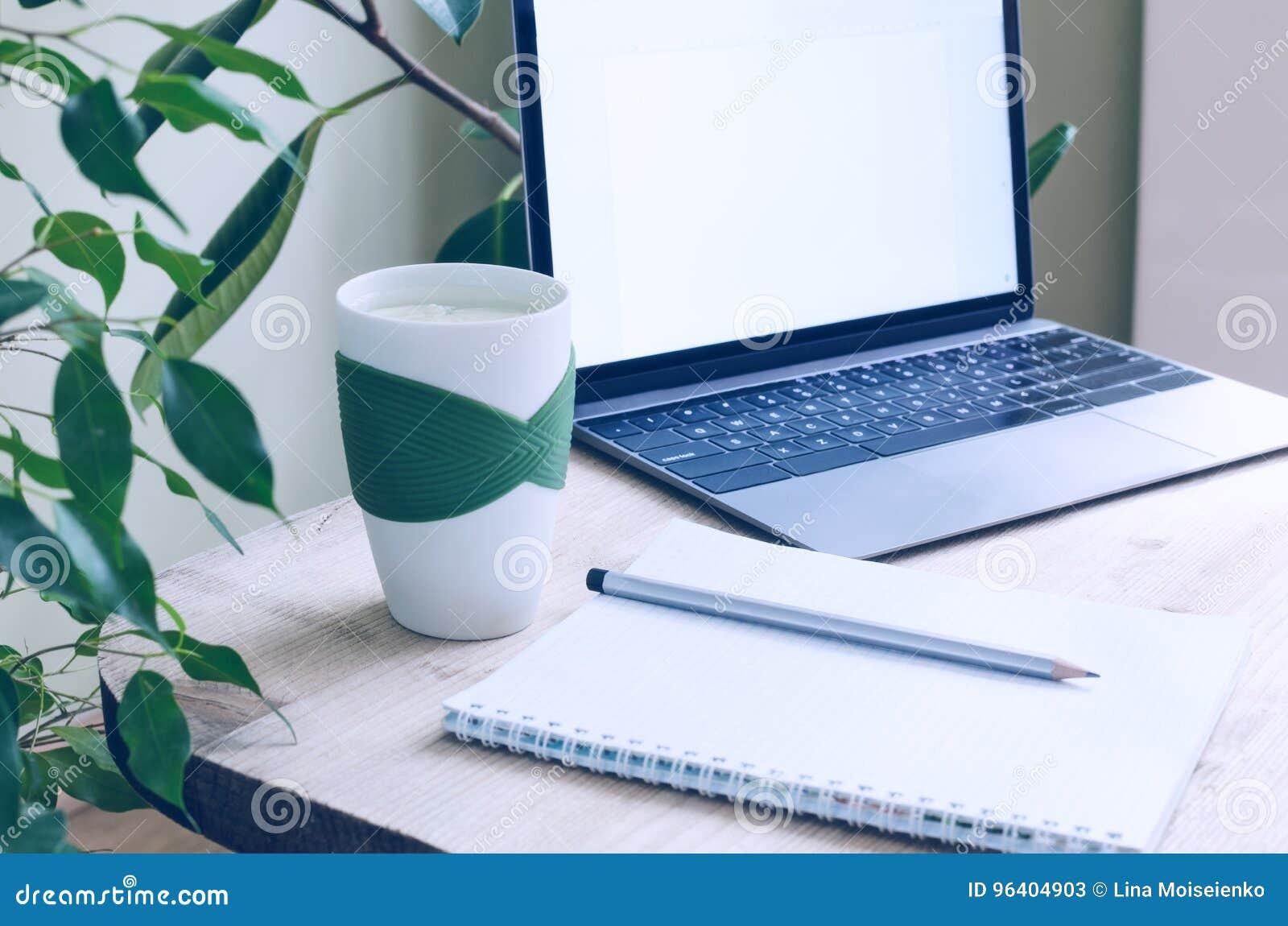 Un lieu de travail moderne de bureau entouré par les plantes