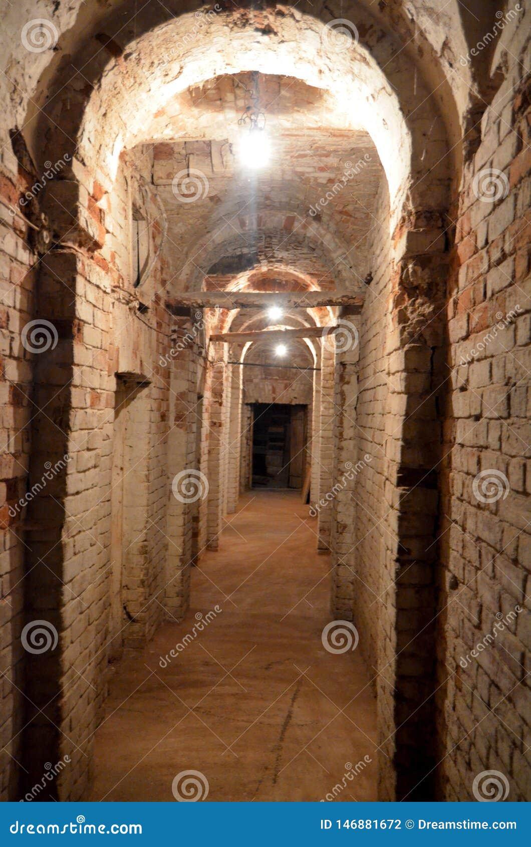 Un long couloir souterrain sombre menant à nulle part