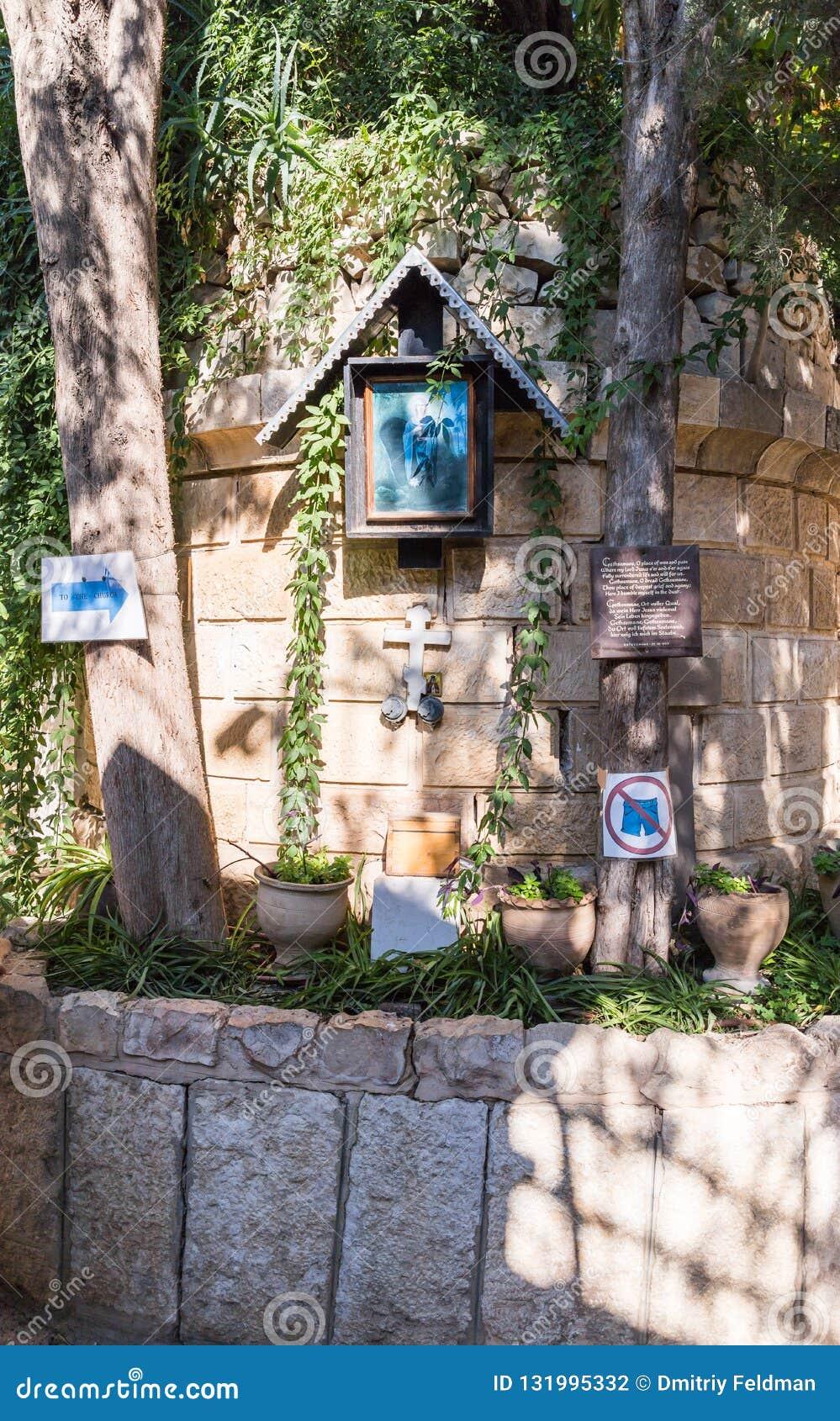 Un lugar de culto en la entrada a la yarda de la iglesia de Mary Magdalene en Jerusalén, Israel