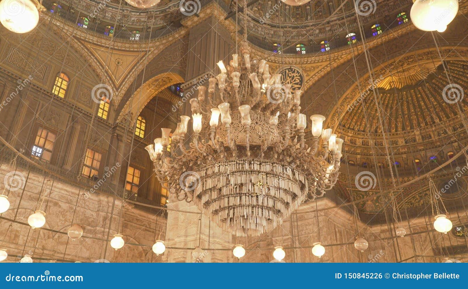Un lustre à l intérieur de la mosquée d albâtre au Caire