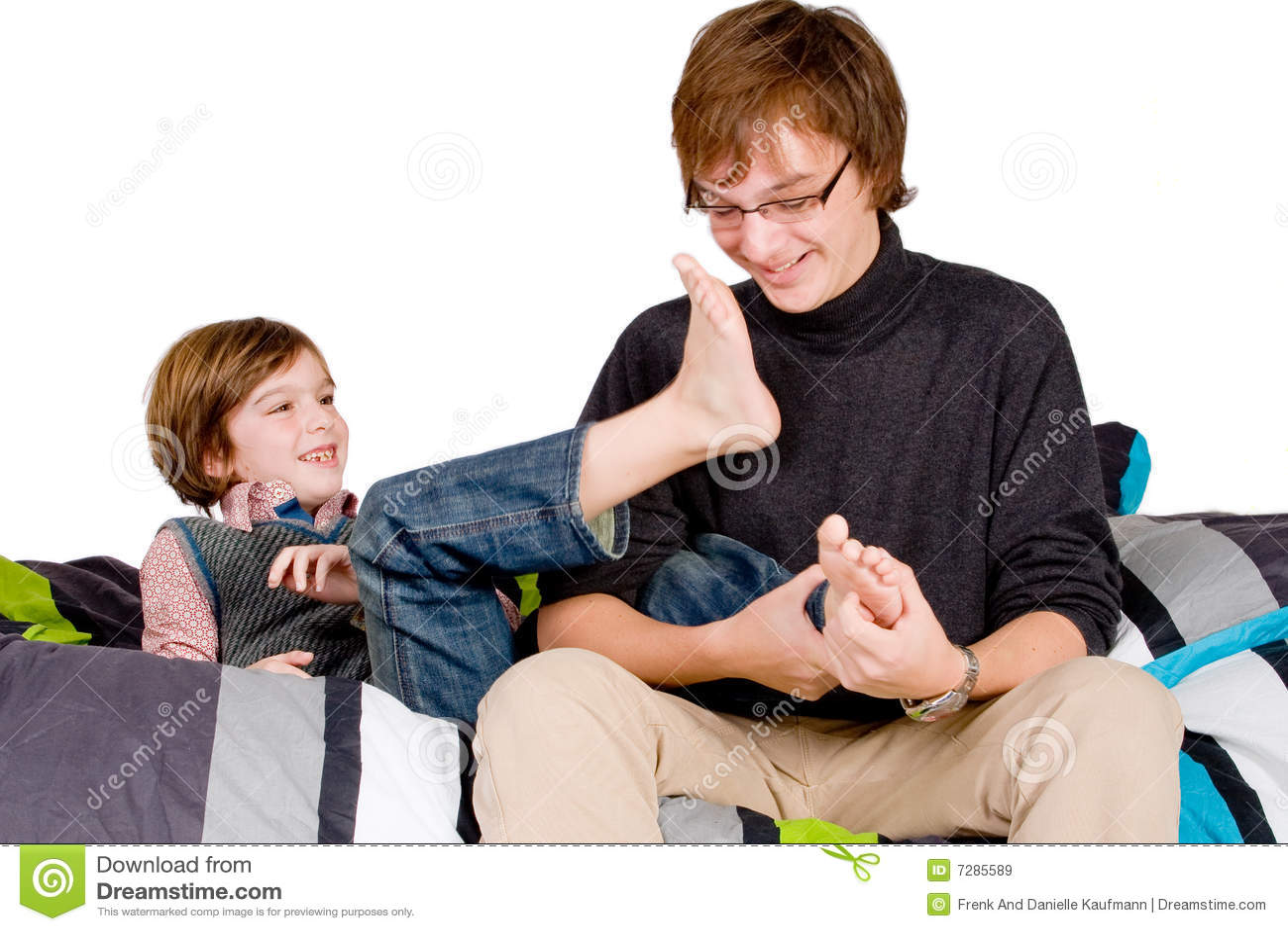Un más viejo hermano está cosquilleando el joven