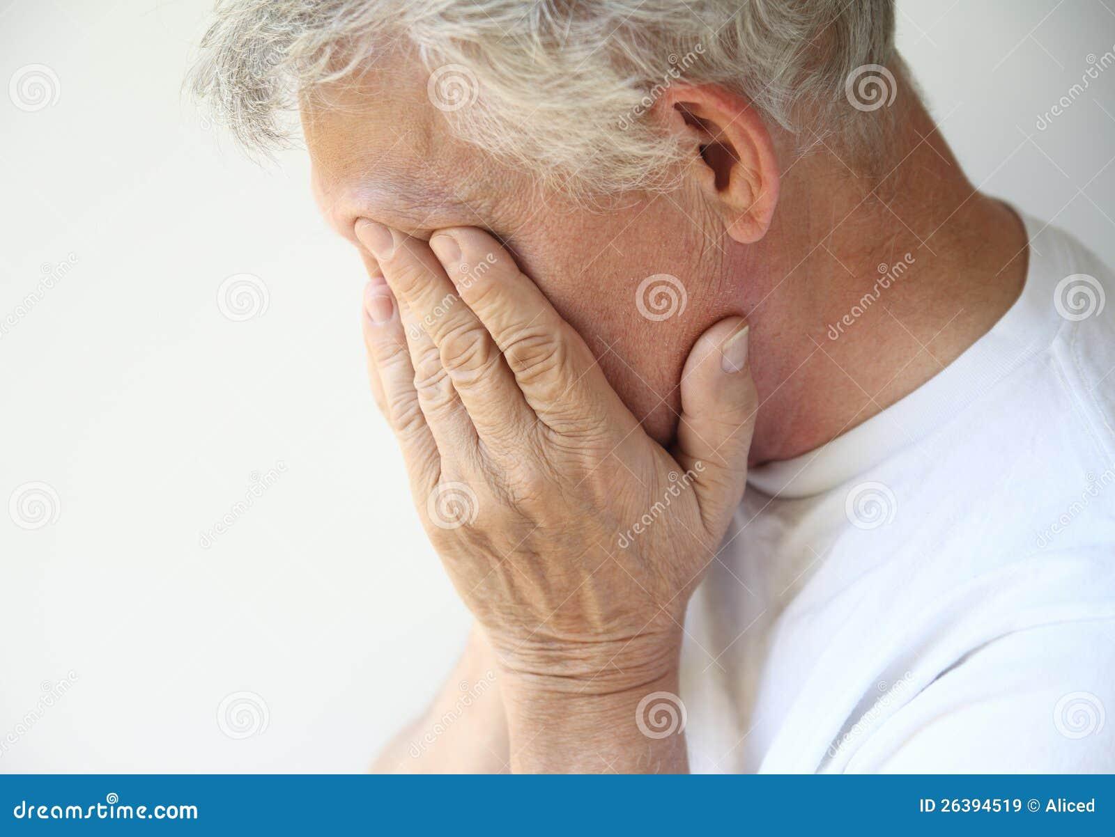Un más viejo hombre superado con la depresión o emociones