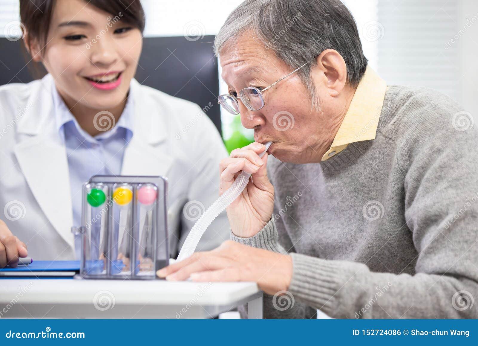 Un más viejo paciente tiene entrenamiento del triflow