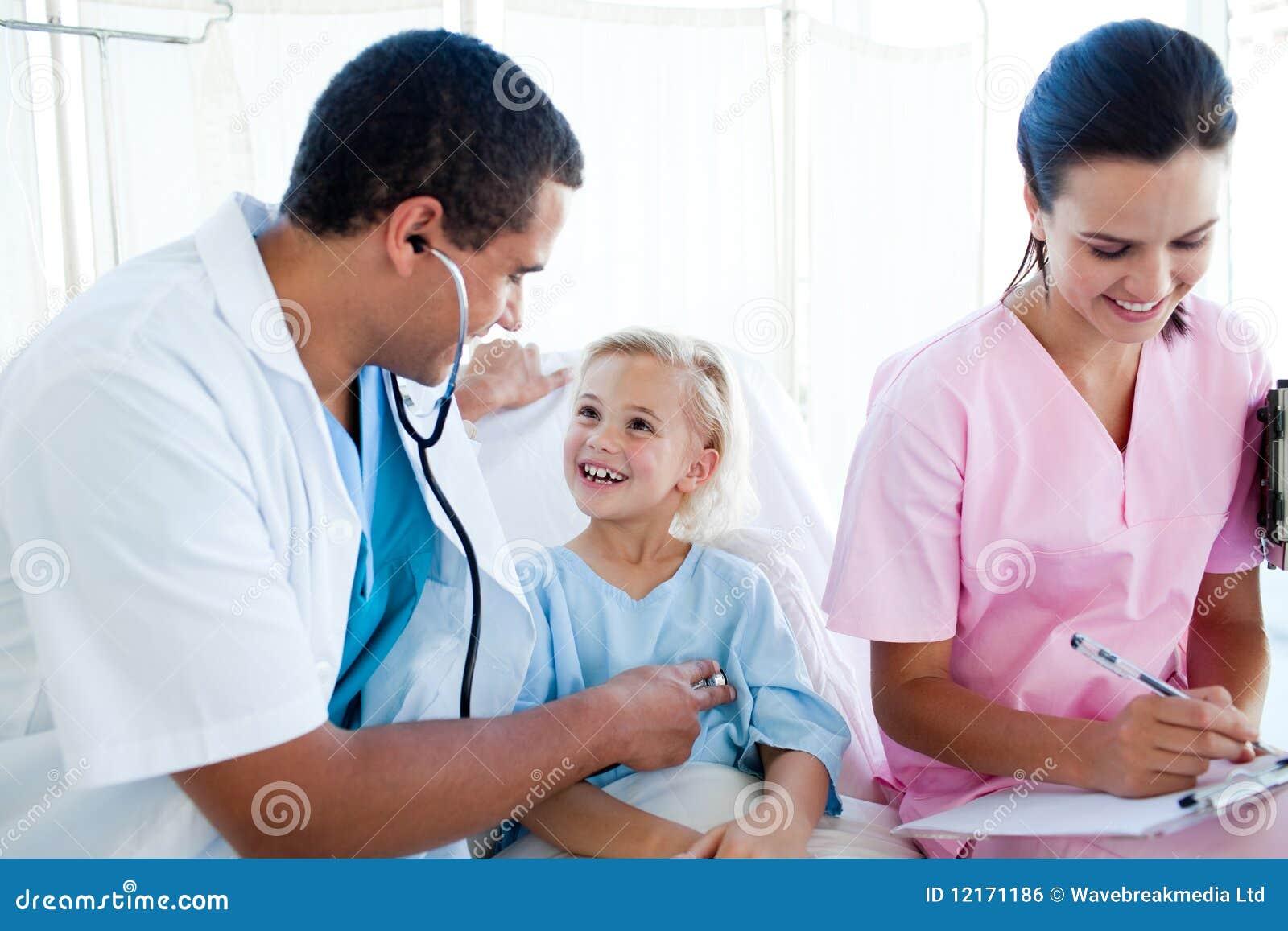 Un médecin et une infirmière examinant un patient d enfant