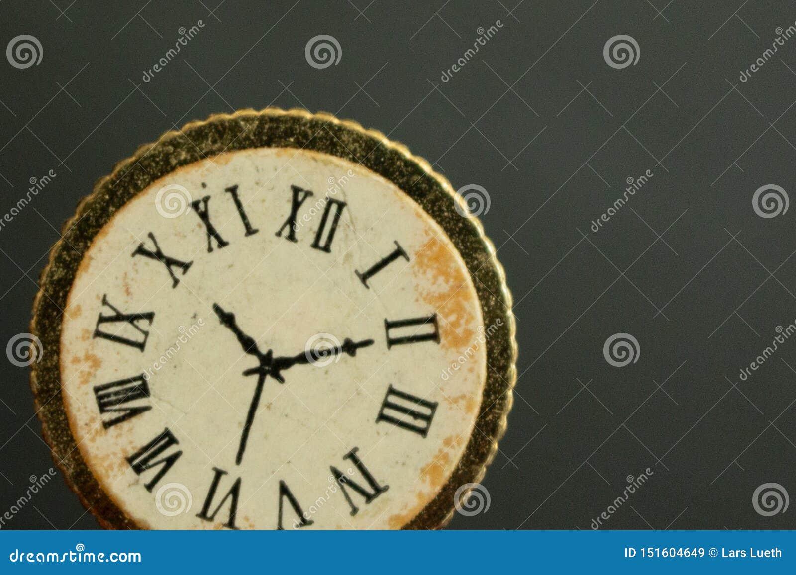 Un macro-tiro de un reloj del vintage o mirar mostrar el tiempo