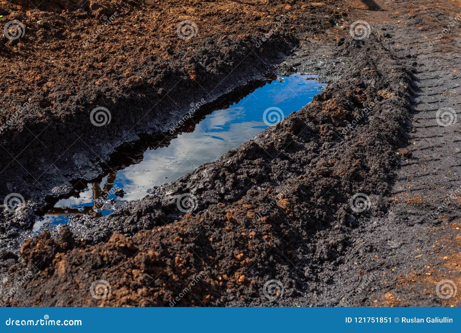 Un magma de pétrole brut renversé dans l ornière du camion Catastrophe environnementale, pollution, dommages à l environnement