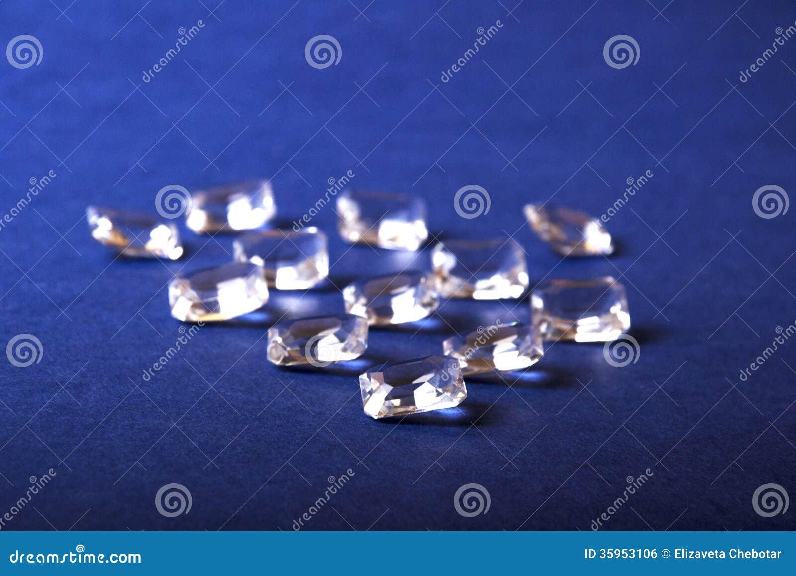 Un manojo de cristales en un fondo azul