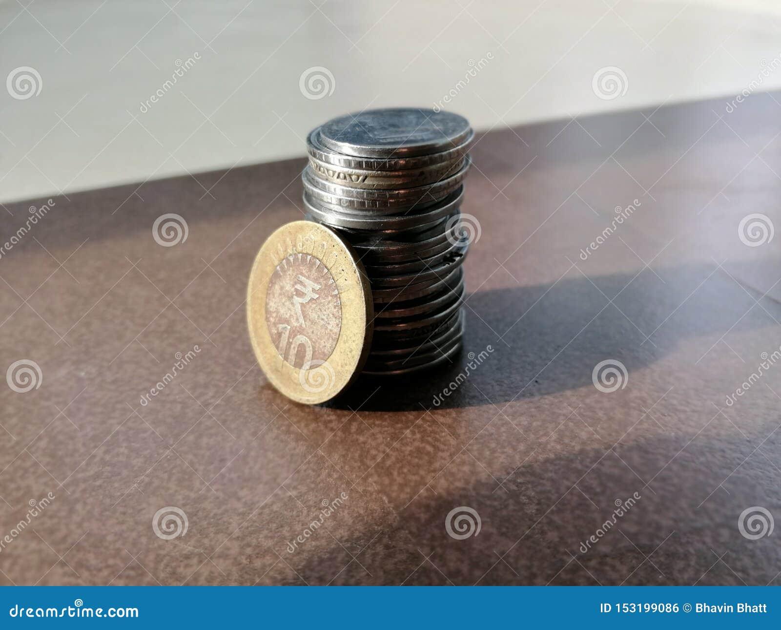 Un manojo de monedas indias de la moneda colocadas en el piso