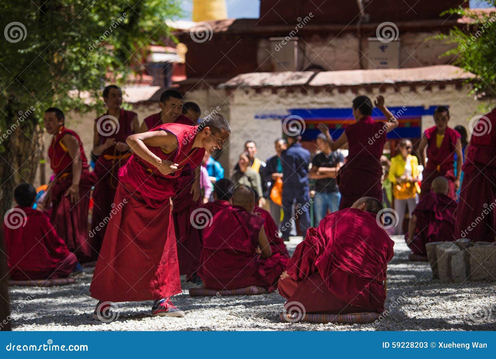 Un manojo de monjes budistas tibetanos de discusión en Sera Monastery