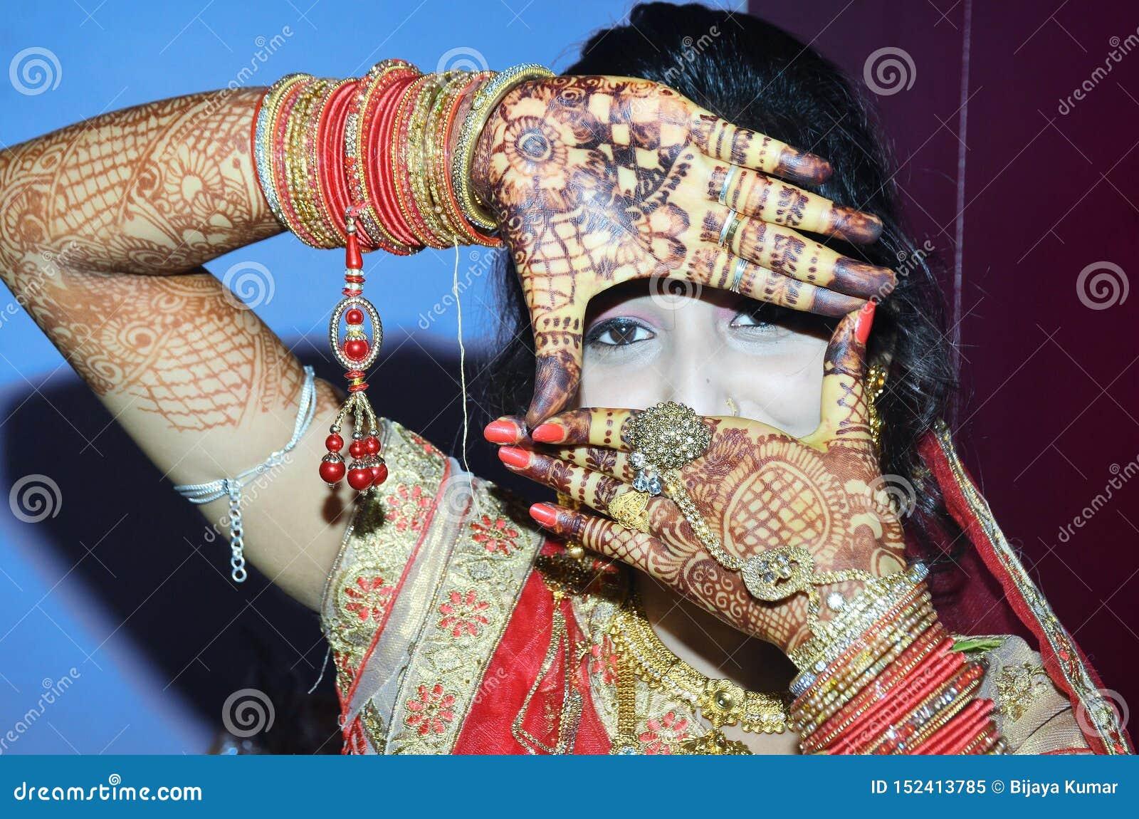 Un marié indien montrant ses yeux de sa conception de main