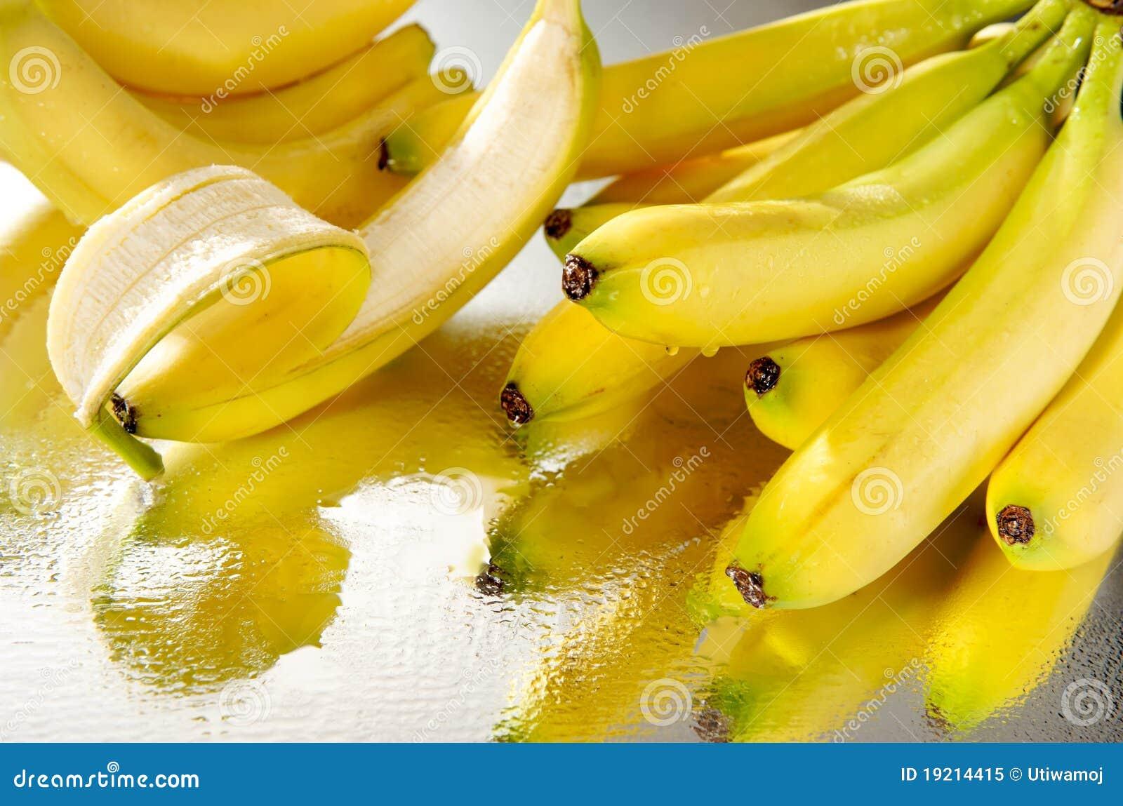 Un mazzo di banane bagnate immagine stock immagine di for Costruire un mazzo di portico