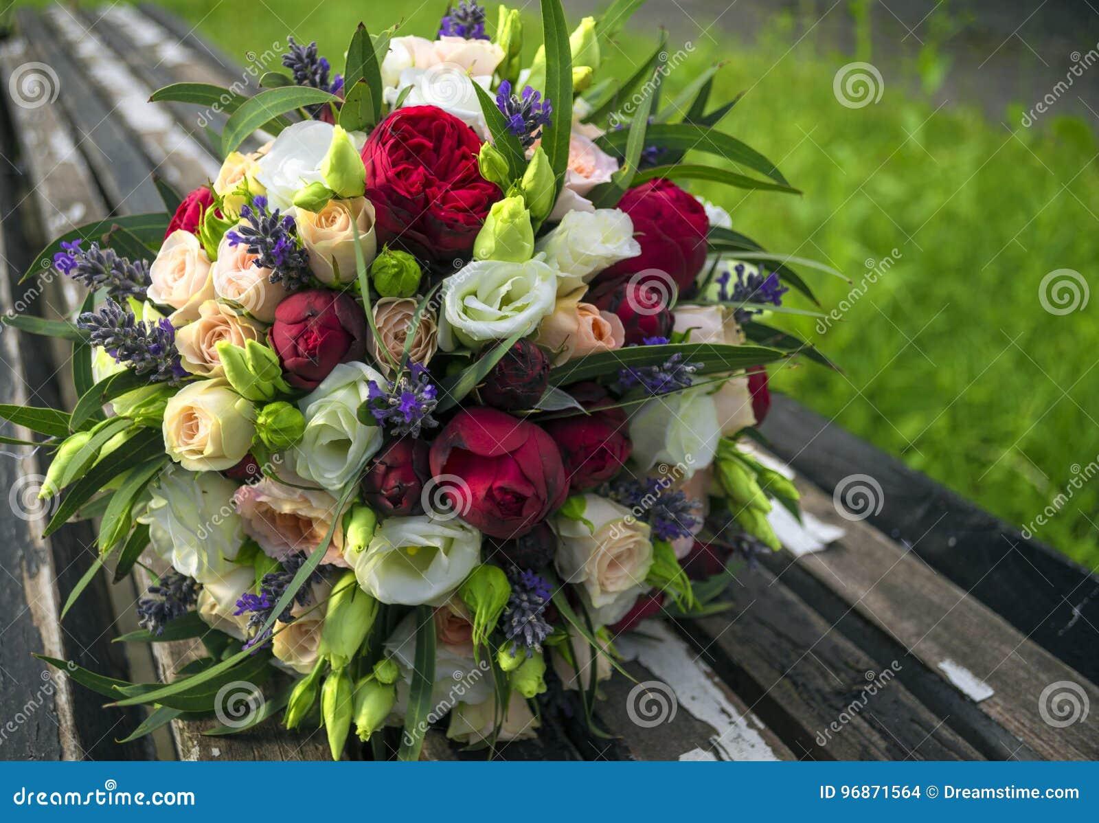 Un mazzo di nozze si trova sui blocchi di legno