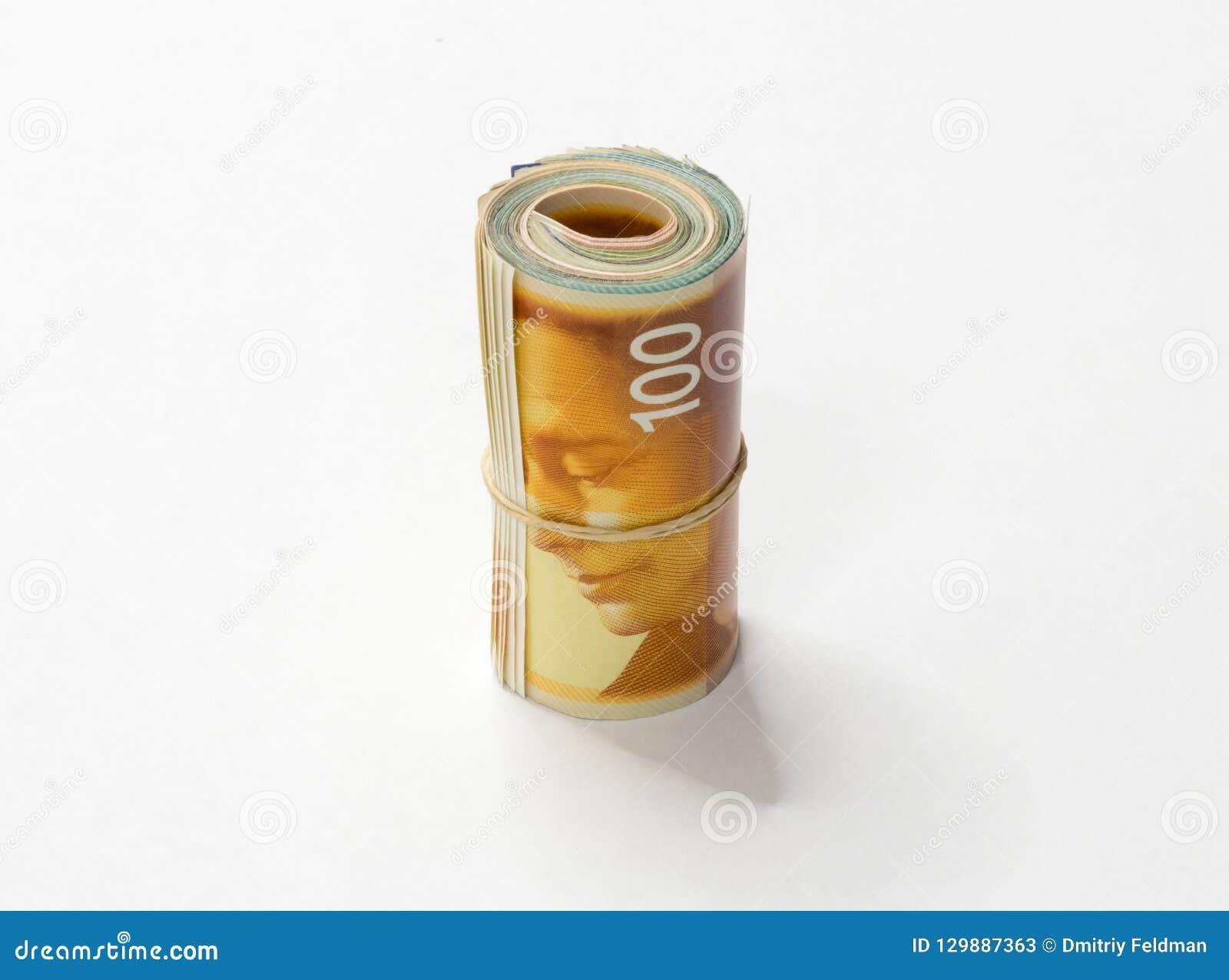 Un mazzo di nuovi soldi israeliani di NIS degli shekel nota acciambellato e tenuti insieme con un elastico semplice isolato su un