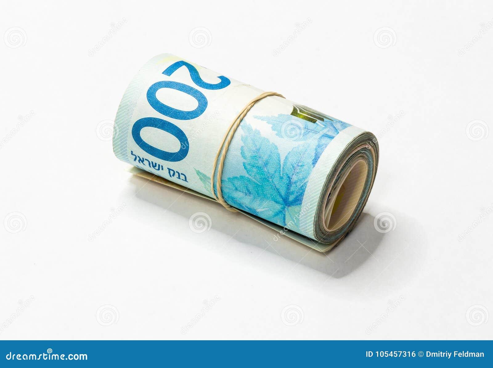 Un mazzo di nuovi soldi israeliani di NIS degli shekel nota acciambellato e tenuti insieme con un elastico semplice su un backgro