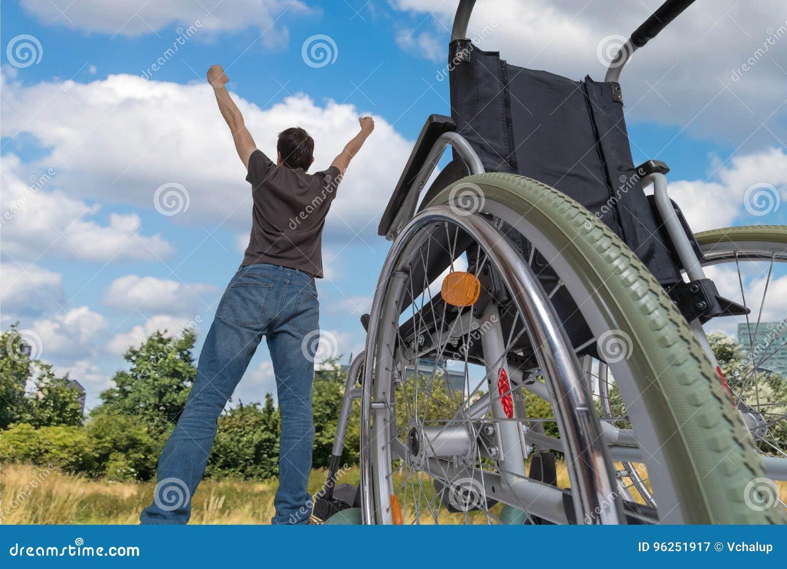 Un miracle s est produit Les handicapés handicapés équipent sont en bonne santé encore Il est heureux et position dans le pré prè