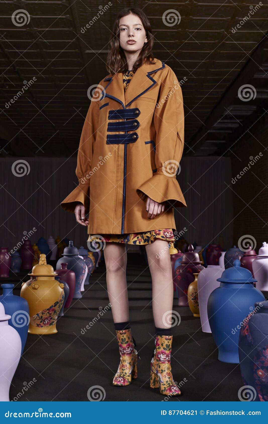 Un modèle pose pendant Tanya Taylor Presentation à la semaine de mode de New York