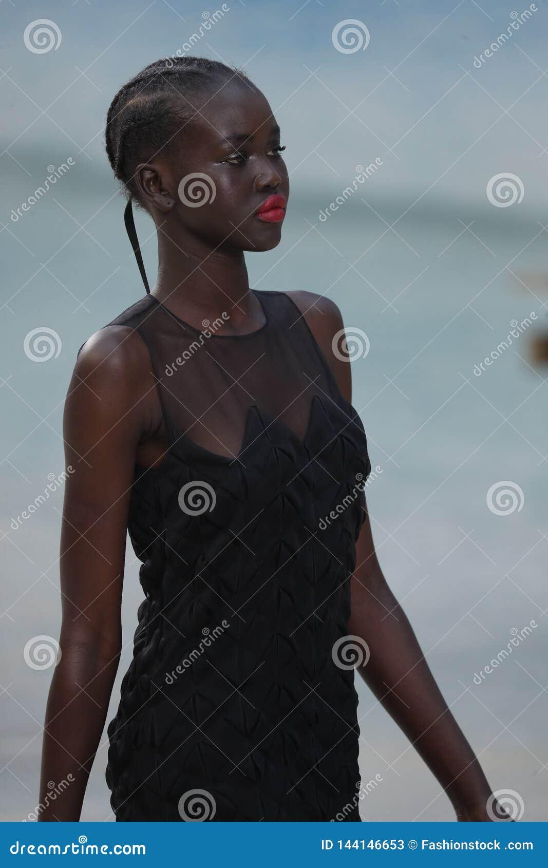 Un modello cammina la pista durante la manifestazione di Chanel come componente della primavera di Womenswear di settimana di mod