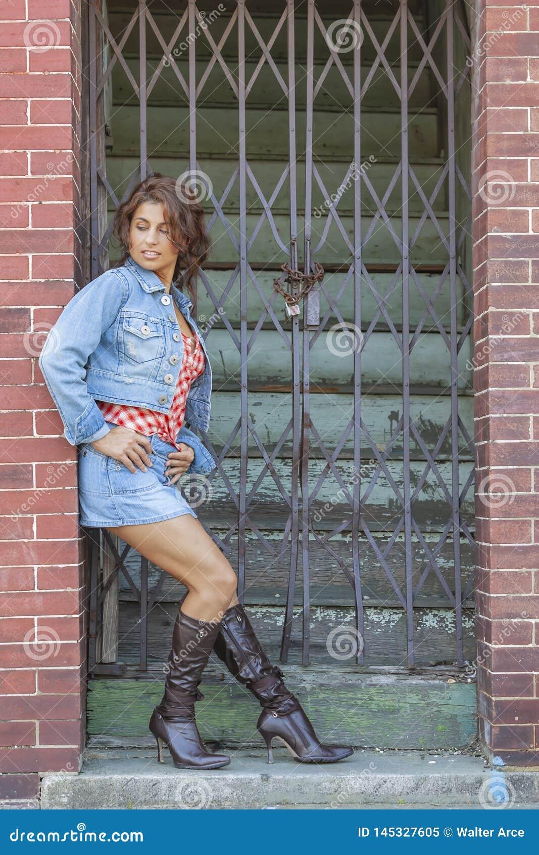 Un modelo moreno precioso Posing Outdoors With las ?ltimas modas