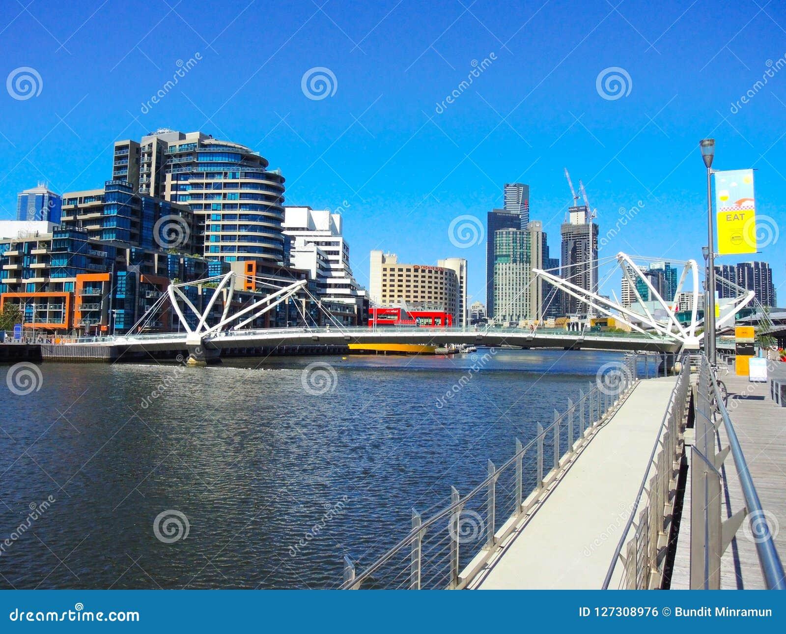 Un ` moderno della passerella i marinai getta un ponte sul ` attraverso il fiume di Yarra con la vista di paesaggio urbano ai pre