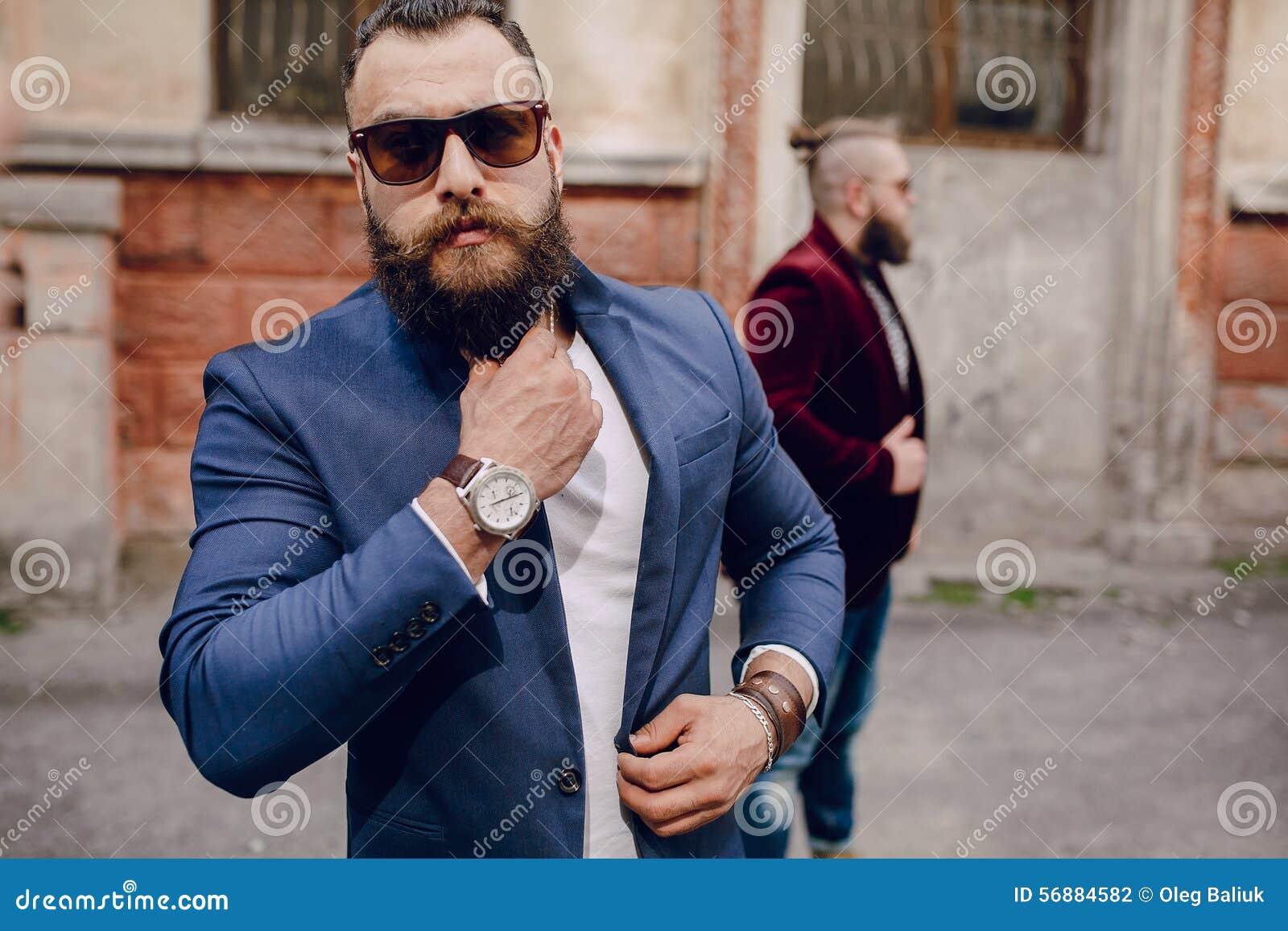 Un modo barbuto di due uomini