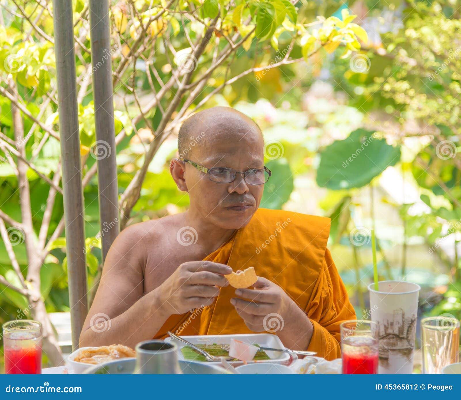 Un moine prend le déjeuner