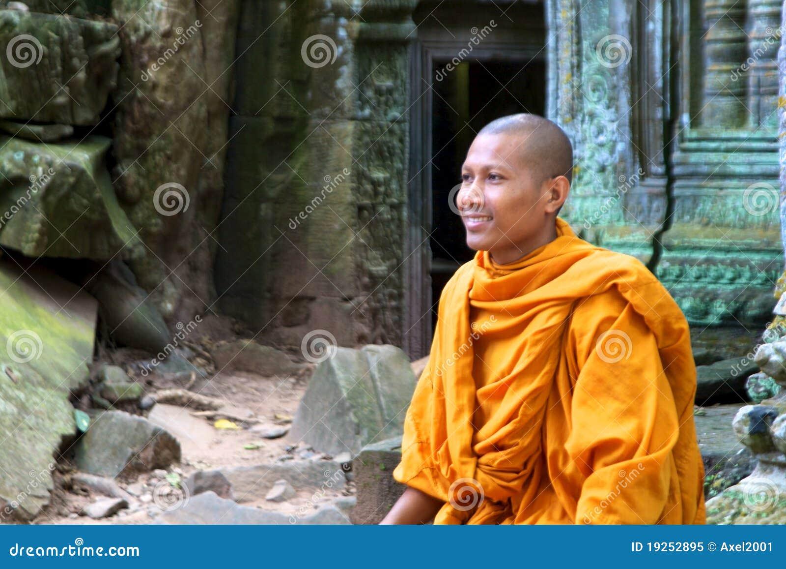 Un moine s assied sur des ruines du temple de Ta Phrom