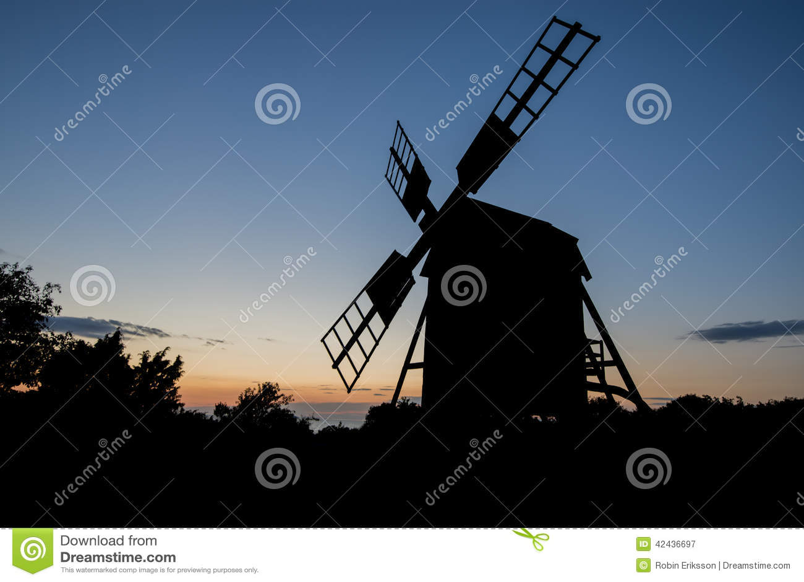Un molino de viento en la puesta del sol
