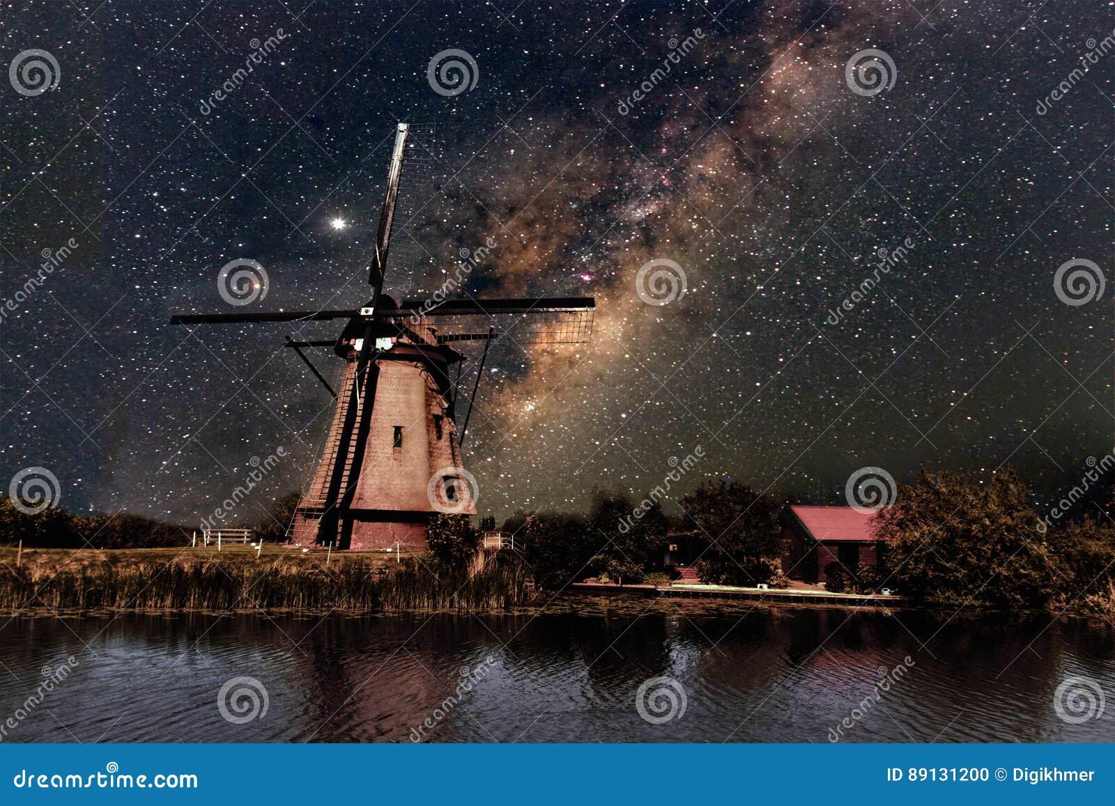 Un molino de viento y la vía láctea