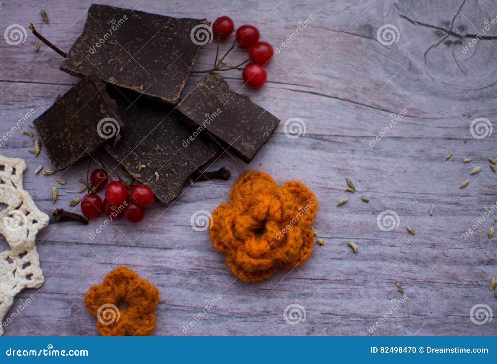Un Morceau De Chocolat De Canneberge Et De Fleur Tricotee Sur Une