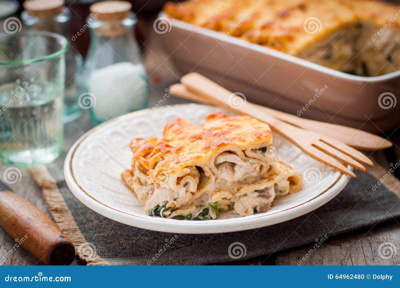 Un morceau de crêpe couverte d une croûte par fromage font cuire au four
