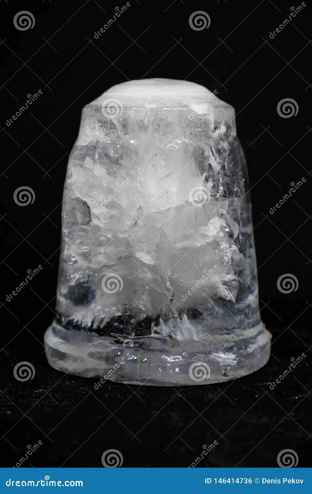 Un morceau de glace sur le fond noir