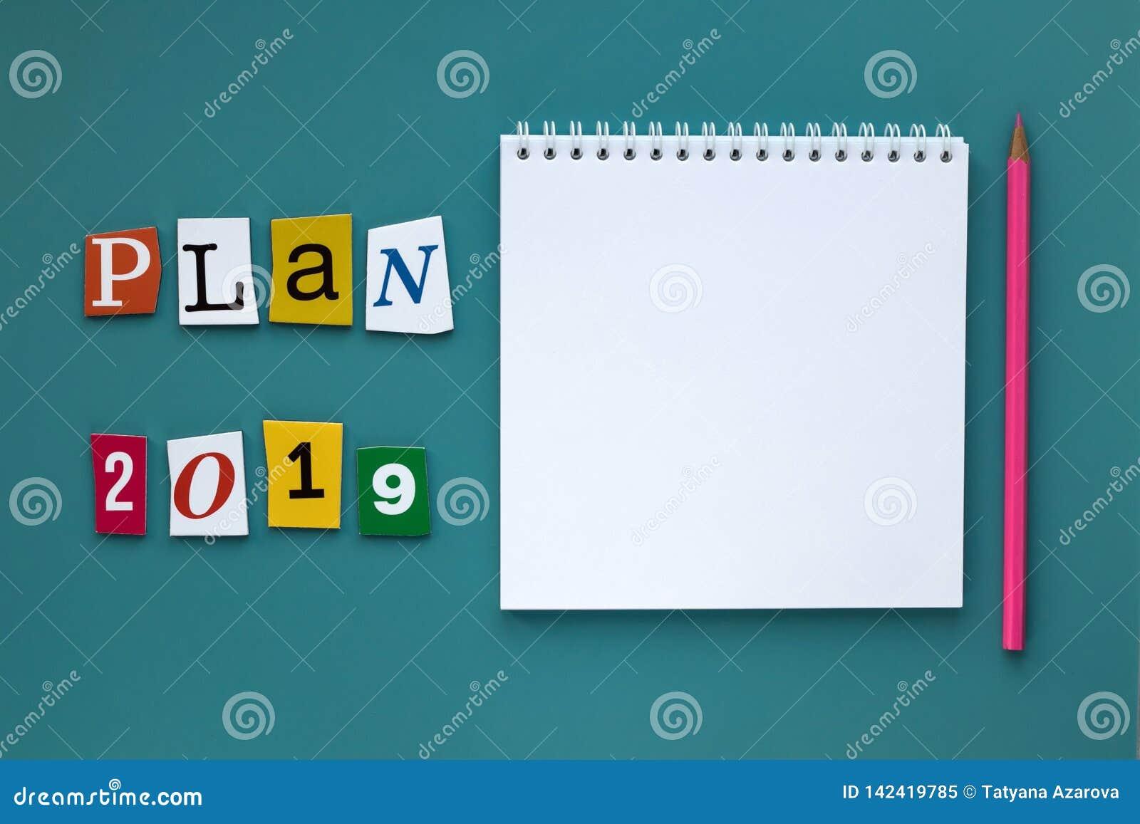 Un mot écrivant le texte - plan 2019 Carnet vide ouvert sur le fond vert Concept de planification Copiez l espace Concept d affai