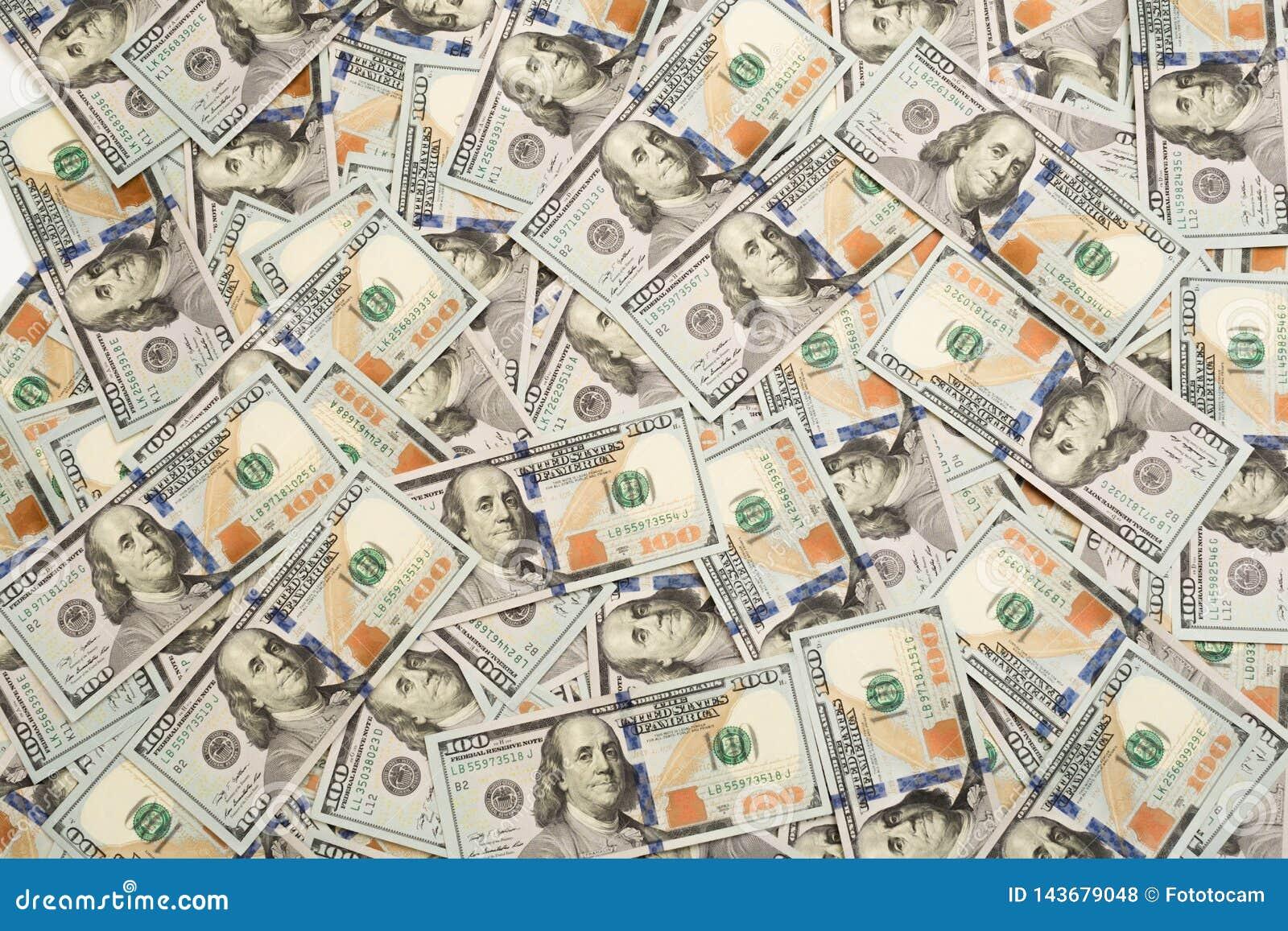 Un mucchio di cento banconote degli Stati Uniti con i ritratti di presidente I contanti di cento banconote in dollari, immagine d
