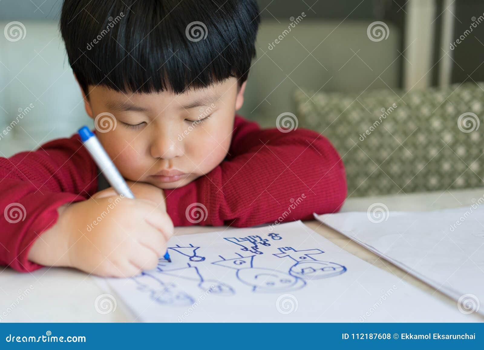 Un muchacho asiático está dibujando una imagen
