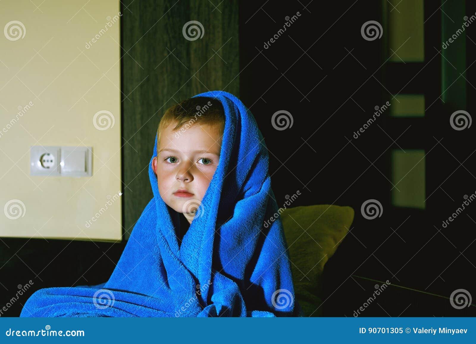 Un muchacho asustado en cama en la noche Miedos del ` s de los niños