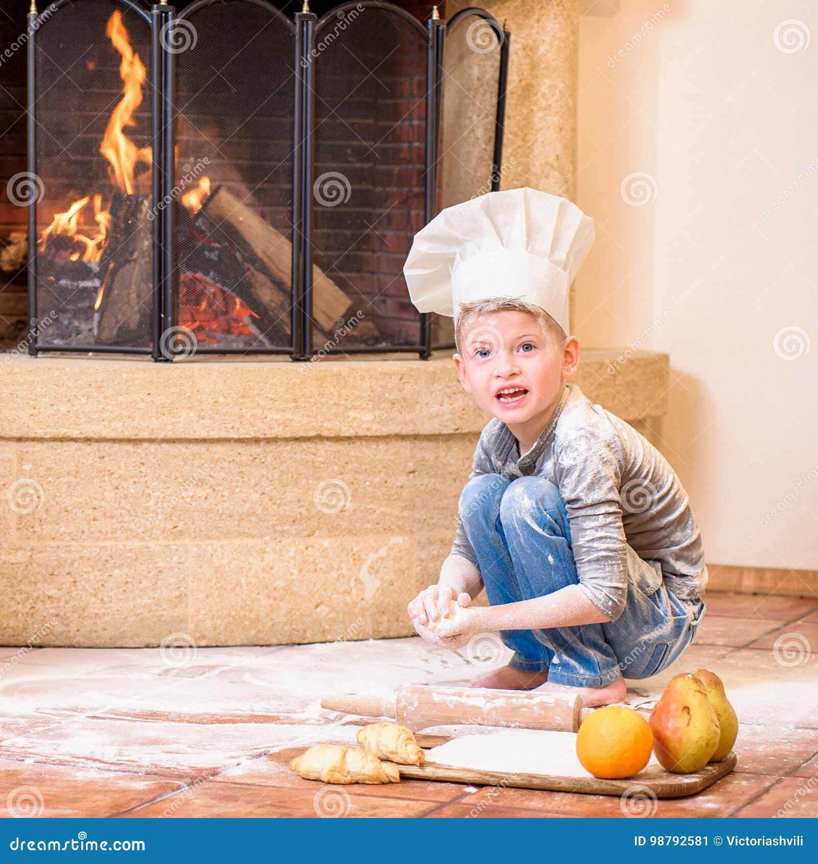 Un muchacho en sombreros del s del cocinero cerca de la for Con que se limpia el marmol manchado