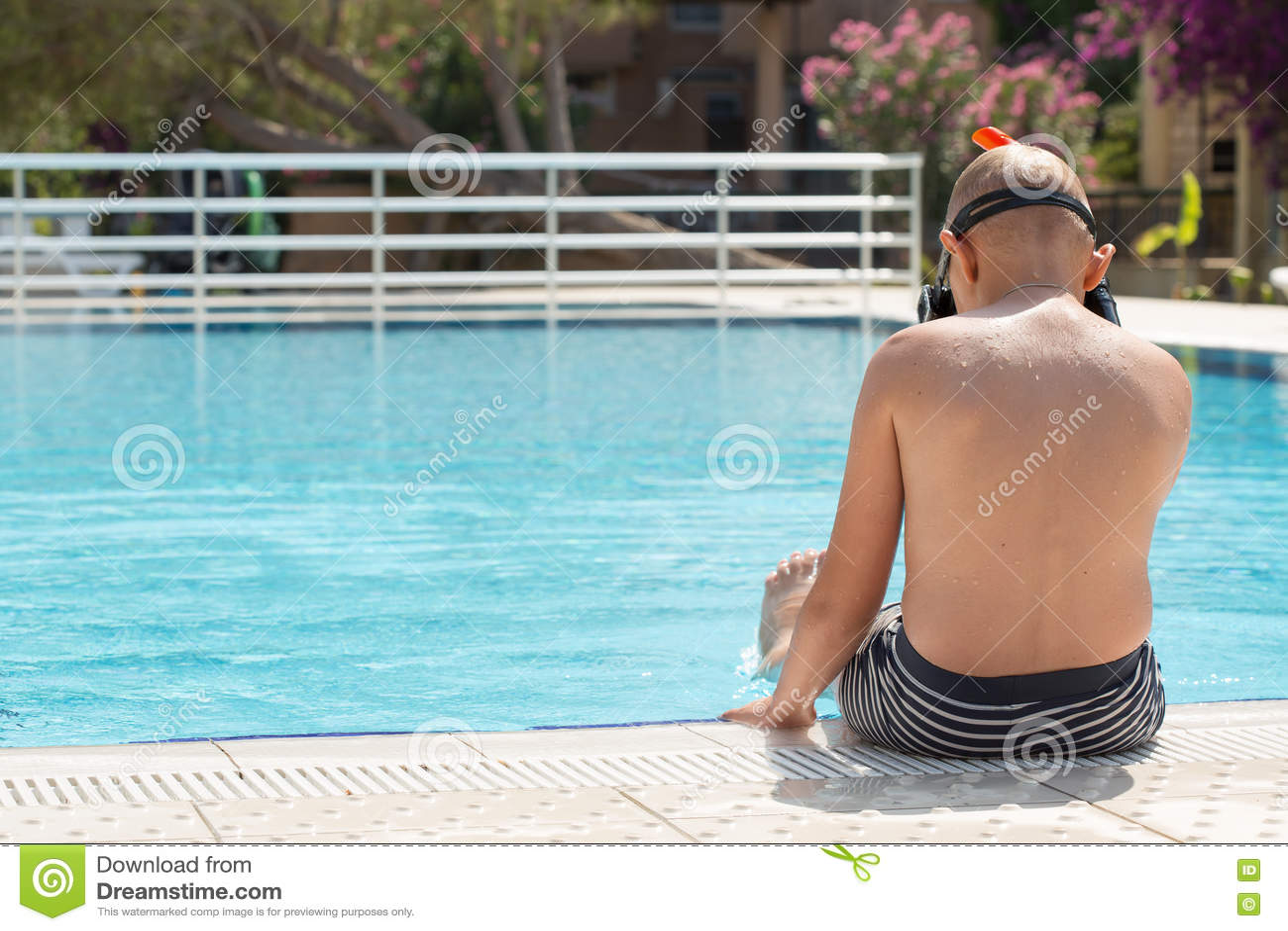 Un muchacho en una piscina con una máscara para bucear